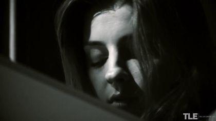 Девушка около окна на стуле массажирует пальчиками пиздюшку #1