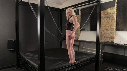 Модель на секс-качелях натирает рукой мягкую писечку и постанывает от кайфа #2