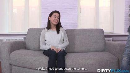 Режиссер снимает на пробах актрису и начинает ебать на сером диване #2