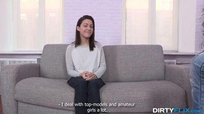 Режиссер снимает на пробах актрису и начинает ебать на сером диване #3