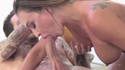 Татуированный музыкант соблазнил милфу с торчащими сиськами и довел членом до оргазма #2