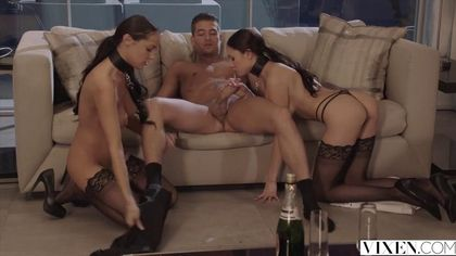 Бисексуальная жена ебется с мужем, пока ей девушка лижет клиторок #8