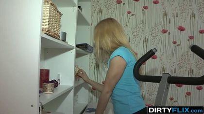 Девушка глубоко берет за щеку пенис соседа перед мужем, привязанным к тренажеру #1