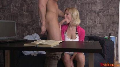 Студентка в кедах занялась анальным сексом с преподом на столе #3