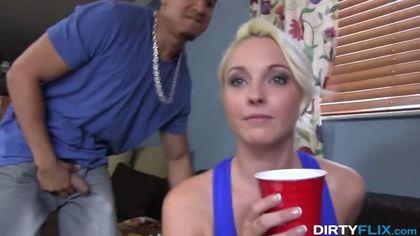 Блонди полирует мулату большой хрен и по-соседски глотает теплую сперму #2