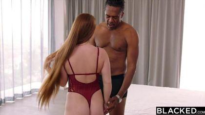 Негр накидал рыжей подруге толстую палку внутрь растянутой вагины #3