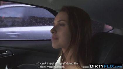 Водитель привез попутчицу домой и трахнул на белоснежной софе #1
