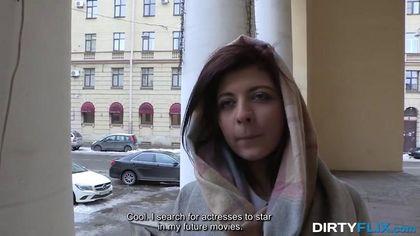 Седой агент после съемки готов довести до оргазма обнаженную актрису #1
