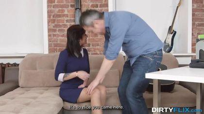 Седой агент после съемки готов довести до оргазма обнаженную актрису #2