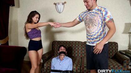 Девушка резвится с напряженным членом коллеги перед связанным мужем #5