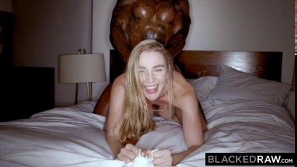 Негр трахает раком блондинку с красивыми сиськами в гостиничном номере #8