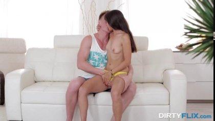 Жаркий анальный секс парочки с нежными поцелуями на белом диване #2