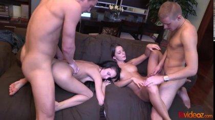 Две пары устроили групповой секс с громкими стонами на диване #10