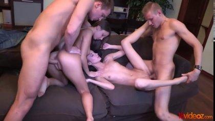 Две пары устроили групповой секс с громкими стонами на диване #3