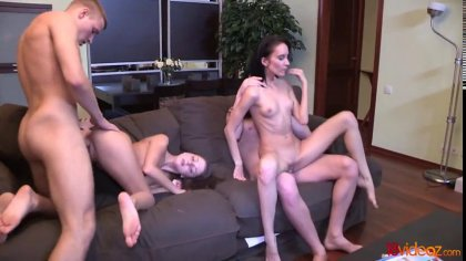 Две пары устроили групповой секс с громкими стонами на диване #4
