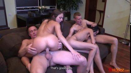 Две пары устроили групповой секс с громкими стонами на диване #6