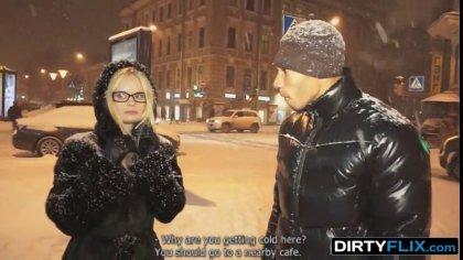Блондинка в очках решила попробовать большой черный член для разнообразия #1
