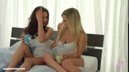 Лесбиянки с классными сиськами лижут друг другу киски в позе 69 #1