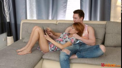 Жаркий минет от рыжеволосой девушки и страстный секс с красоткой на диване #1