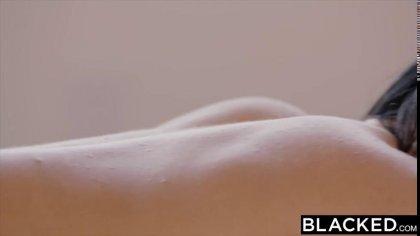 Брюнетка красиво сосет большой черный член перед жарким проникновением #7