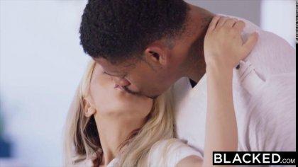 Блондинка познакомилась с негром на работе и позвала его к себе на жаркий секс #3
