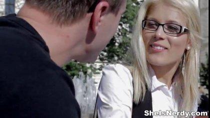 Мужик подцепил студентку в очках и отымел ее в пиздоньку у себя дома #1