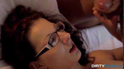Опытный самец трахает натуральную красотку в очках и доводит ее до оргазма #10