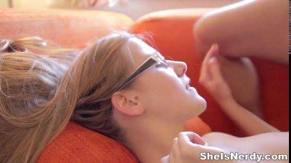 Качок пригласил студентку в очках к себе и выебал ее раком на ярком диване #10