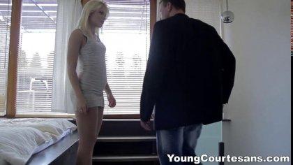 Блондинка с натуральными сиськами красиво отсасывает член бойфренда в постели #3