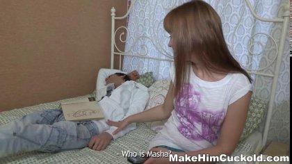 Девушка извивается на члене другого, пока ее парень лежит связанный рядом #1