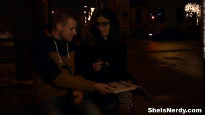 Молодая парочка занялась нежным сексом пробуя разные позы на диване #1