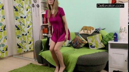 Блондинка показала свои красивые сиськи и засветила розовую щелочку перед камерой #1