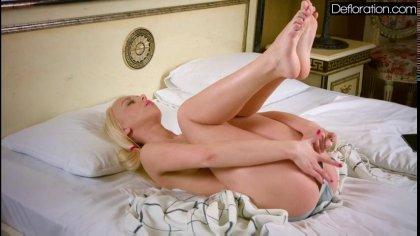 Молоденькая блондинка мастурбирует красивую пизду сняв свои соблазнительные трусики #6