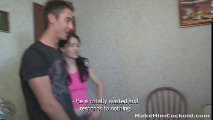Девушка связала парня и изменила ему с другим чуваком у себя на кухне #2