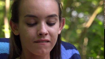 Молодая девка трахает себя ярким фаллоимитатором в киску на природе #1