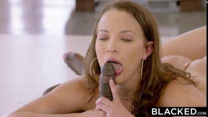 Сексуальная цыпочка с нежными стонами двигается на большом черном члене #10