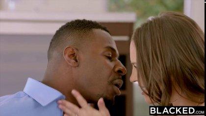 Сексуальная цыпочка с нежными стонами двигается на большом черном члене #2