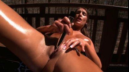 Загорелая сучка в масле мастурбирует дилдо свою гладенькую письку #9