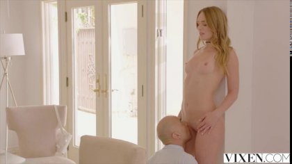 Лысый чувак отлиза блондинке и устроил с ней нежный секс в постели #4