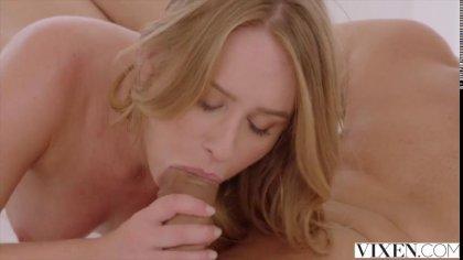 Лысый чувак отлиза блондинке и устроил с ней нежный секс в постели #6